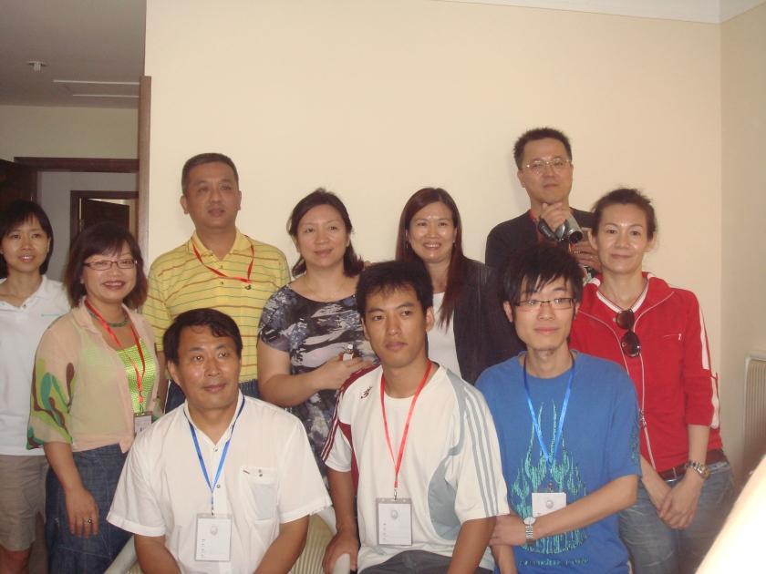 2009 新人王賽事的參賽家長與三位老師: 由右到左依序為楊海南老師 于明遠老師及紀老師